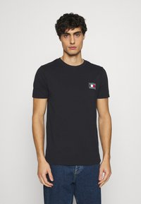 Tommy Hilfiger - ICON ESSENTIALS TEE - T-shirt med print - desert sky - 0