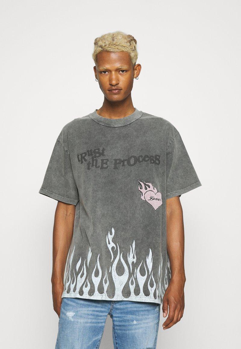 The Couture Club - TRUST THE PROCESS DISTRESSED FLAME PRINT - T-shirt imprimé - black enzyme wash