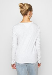 Tommy Jeans - V NECK LONGSLEEVE - T-shirt à manches longues - silver grey - 2
