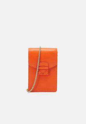 METROPOLIS MINI VERTICAL CROSSBODY - Taška spříčným popruhem - orange