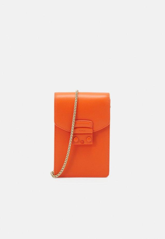 METROPOLIS MINI VERTICAL CROSSBODY - Schoudertas - orange
