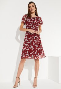 comma - MIT SOMMERLICHEM ALLOVERPRINT - Day dress - brick - 1