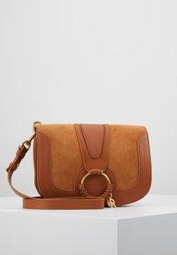See by Chloé - HANA MEDIUM - Across body bag - caramello - 0