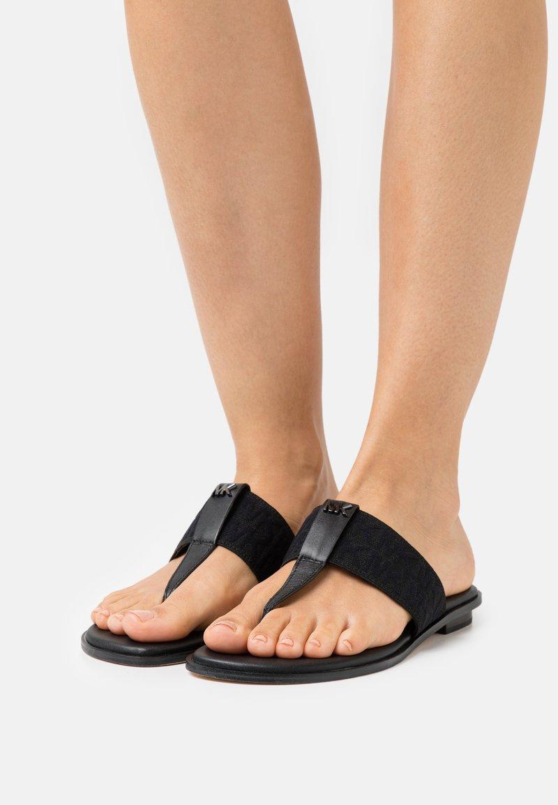 MICHAEL Michael Kors - VERITY THONG - Sandály s odděleným palcem - black