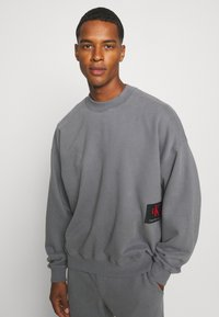 Calvin Klein Jeans - OVERSIZED BADGE - Sweatshirt - shining armor - 3