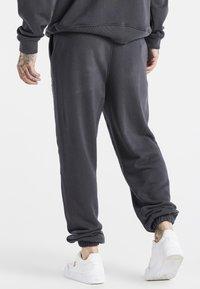 SIKSILK - SPACE JAM RELAXED FIT JOGGER - Pantalon de survêtement - dark grey - 2