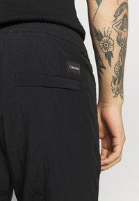 Calvin Klein - REGULAR FIT CRINKLE - Trainingsbroek - black - 5