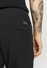 Calvin Klein - REGULAR FIT CRINKLE - Teplákové kalhoty - black - 5