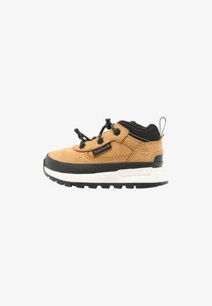 FIELD TREKKER LOW - Sneakersy niskie - wheat