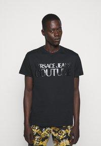 Versace Jeans Couture - NEW LOGO - T-shirt imprimé - nero - 0