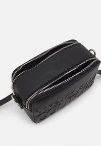 Versace Jeans Couture - LOGOMANIA CAMERA BAG - Across body bag - nero - 4