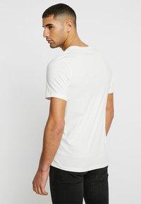 Jack & Jones - JJERAFA - T-Shirt print - cloud dancer - 2