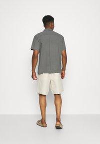ARKET - LINEN SHORTS - Shorts - beige - 2