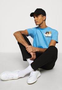 Fiorucci - NEW ANGELS TEE  - Print T-shirt - light blue - 3
