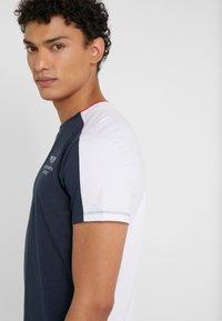 Hackett Aston Martin Racing - AMR TEE - T-shirt z nadrukiem - navy/white - 3