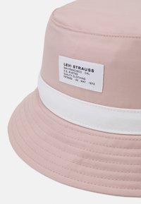 Levi's® - SEASONAL BUCKET HAT UNISEX - Klobouk - light pink - 3