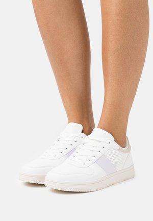 WIDE FIT ALBA RETRO - Sneakers basse - white/lilac/taupe/multicolor