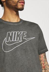 Nike Sportswear - TEE DYE WASH - T-shirt med print - black - 3