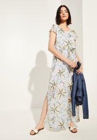 comma casual identity - MIT TUNNELZUG - Maxi dress - white flowers & dots - 1