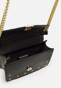 Versace Jeans Couture - PRINTED REVOLUTION STUDS CROSSBODY - Across body bag - nero - 2