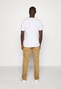 Nudie Jeans - STEADY EDDIE II - Relaxed fit jeans - desert worn - 2