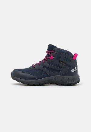 WOODLAND TEXAPORE MID UNISEX - Hiking shoes - dark blue/pink
