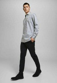 Jack & Jones PREMIUM - JPRBLAROYAL - Formal shirt - light grey melange - 5