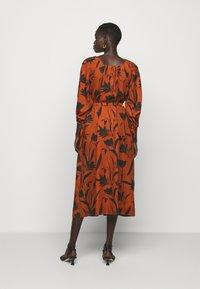 Mother of Pearl - RAGLAN SLEEVE DRESS WITH GATHERED NECK & CUFFS - Denní šaty - botanical rust - 2
