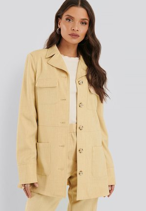 MIT DOPPELTEN TASCHEN - Short coat - dusty light yellow