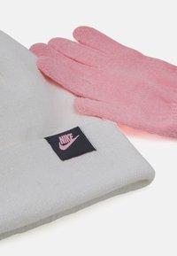 Nike Sportswear - FUTURA BEANIE GLOVE SET - Gloves - white - 4