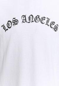 Urban Threads - UNISEX LOS ANGELES - Triko spotiskem - white - 6