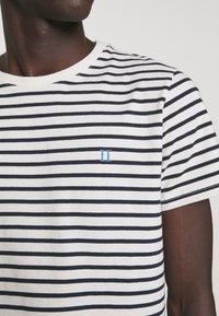 Les Deux - SAILOR  - Print T-shirt - off white/dark navy - 6