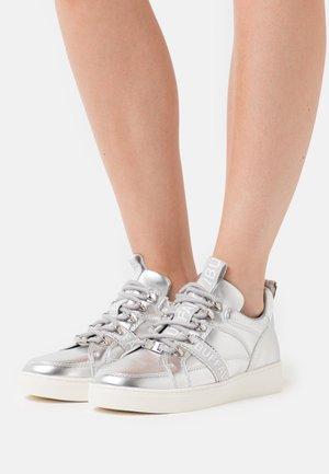 CATCHER LEAD - Sneakers - silver