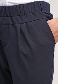 Kaffe - JILLIAN CAPRI PANTS - Shorts - midnight marine - 4