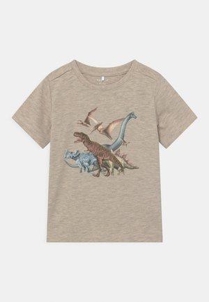 NMMDUGO - Print T-shirt - peyote melange