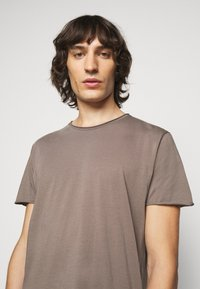 Filippa K - ROLLNECK - Basic T-shirt - dark taupe - 3