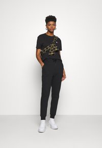 Tommy Jeans - BADGE TEE - Basic T-shirt - black - 1