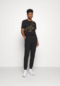 Tommy Jeans - BADGE TEE - T-shirt basique - black - 1