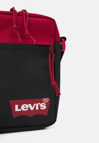 Levi's® - MINI CROSSBODY SOLID BATWING - Across body bag - regular red - 3