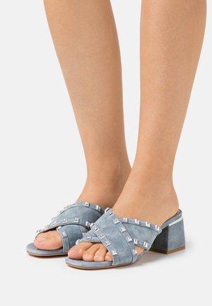 Pantofle na podpatku - jeans