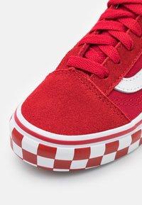 Vans - OLD SKOOL UNISEX - Sneakers laag - chili pepper/true white - 5