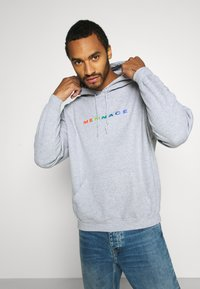 Mennace - PRIDE RAINBOW BLOCK LOGO HOODIE UNISEX  - Zip-up hoodie - grey - 3