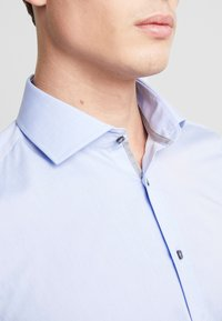 Seidensticker - SLIM FIT SPREAD KENT - Camisa elegante - blue - 3