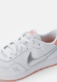 Nike Sportswear - NIKE VALIANT - Sneakers laag - white/ silver-crimson bliss - 5