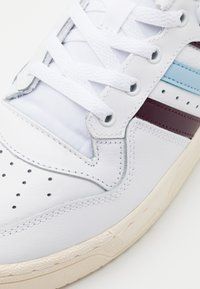 adidas Originals - RIVALRY SPORTS INSPIRED SHOES UNISEX - Zapatillas - footwear white/maroon/clear sky - 7