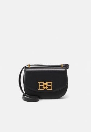 CHAIN MINI BAG - Taška spříčným popruhem - black
