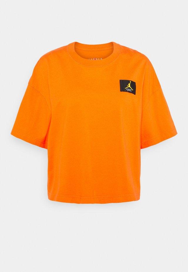 ESSENTIAL BOXY TEE - Triko spotiskem - electro orange
