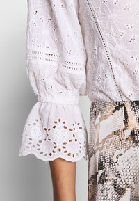 Nly by Nelly - BUTTON EMBROIDERY - Pusero - white - 5