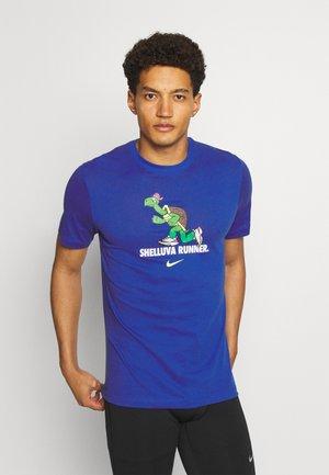 DRY TEE RUN - Print T-shirt - game royal
