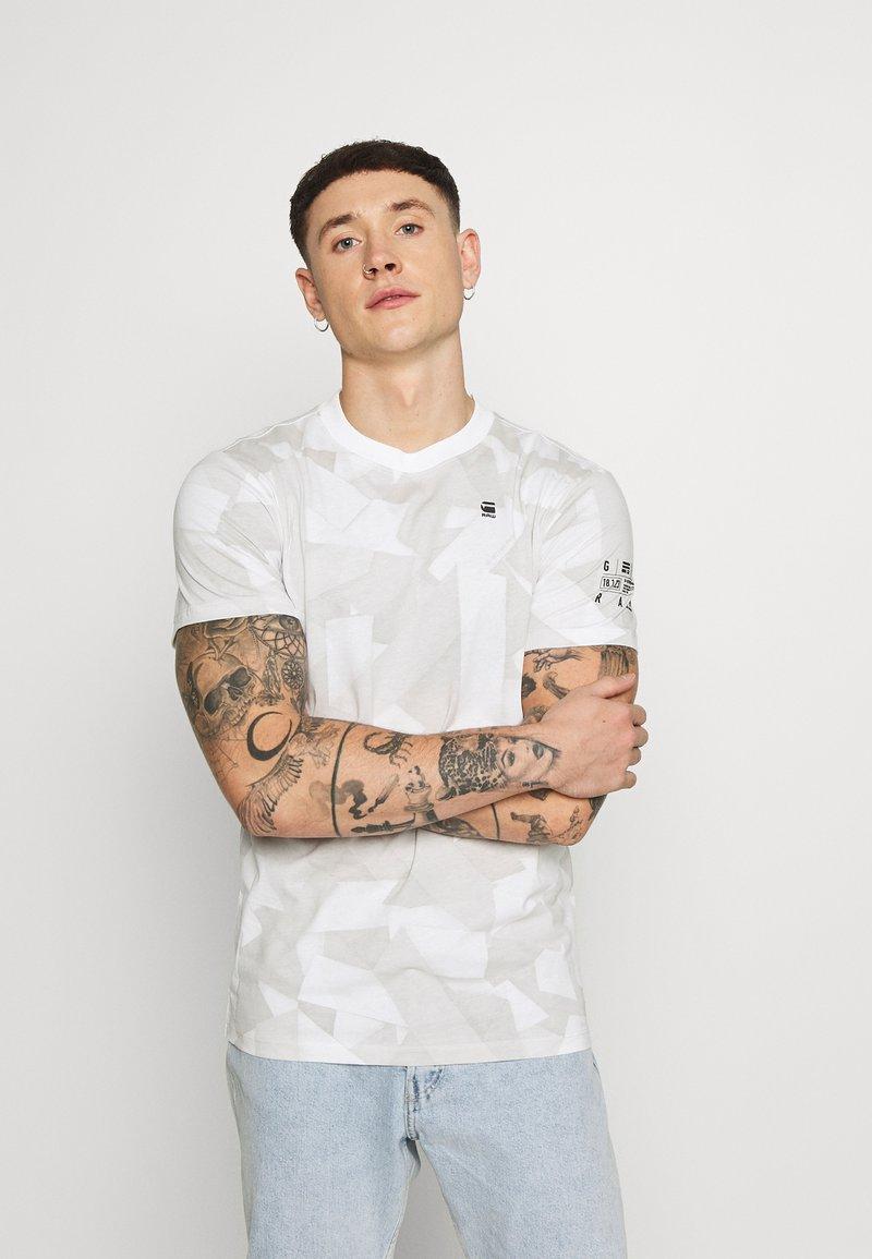 G-Star - TAPE CAMO AOP ROUND SHORT SLEEVE - T-shirt imprimé - cool grey